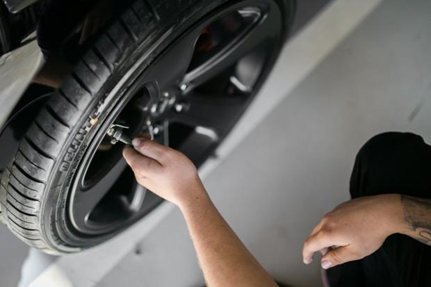 Calibragem correta dos pneus pode melhorar o desempenho do carro