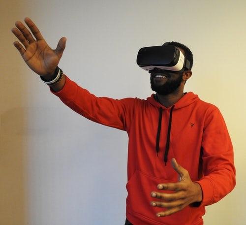 Estudante testa realidade virtual.