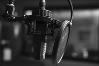Jornalista estreia série de podcasts inspirada em áudios do WhatsApp